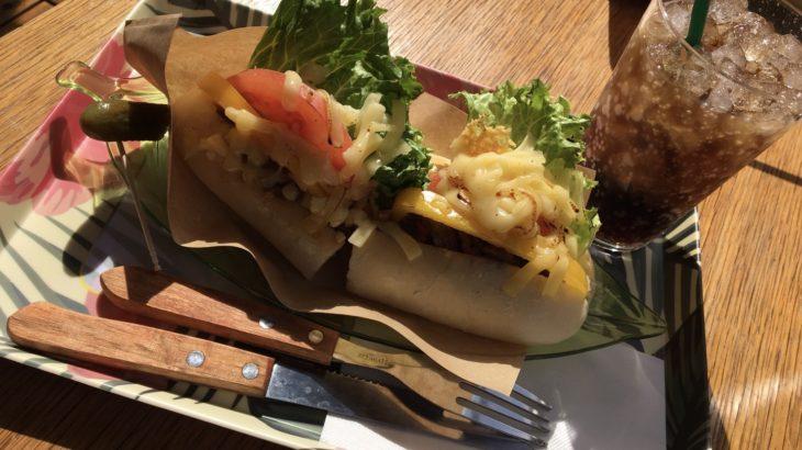 沖縄・糸満 「ホワイトドッグバーガー」ホットドック風の真っ白なバンズでハンバーガー?